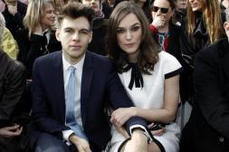 Keira su esposo en el defile de Chanel en Paris.