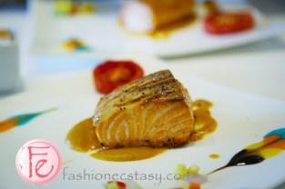 嫩煎挪威鮮鮭佐干邑龍蝦醬跟奶油時蔬 (Grilled Salmon with Cognac Lobster Sauce and Creamy Seasonal Vegetables) ($980)