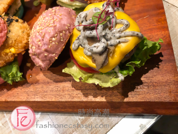 """黑熊愛跳舞馬卡龍漢堡全系列:「紫霧森林王子漢堡」($248) Moon Bear Loves Dancing """"macaron burger flavour:"""