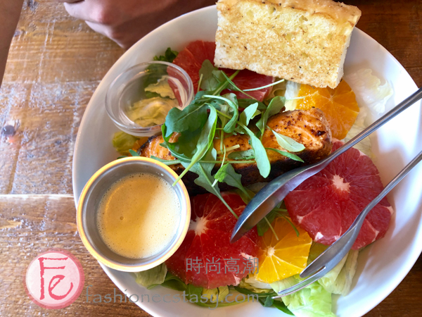 "「辣炒鮭魚柳橙沙拉」($420) / ""blackened salmon citrus salad ($420nt)"