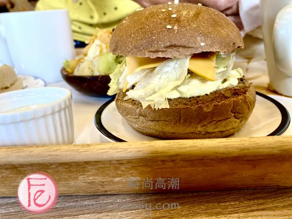 禚食樂Just Love蛋沙拉漢堡($55元) /Just Love Restaurant's egg salad burger ($55NT)