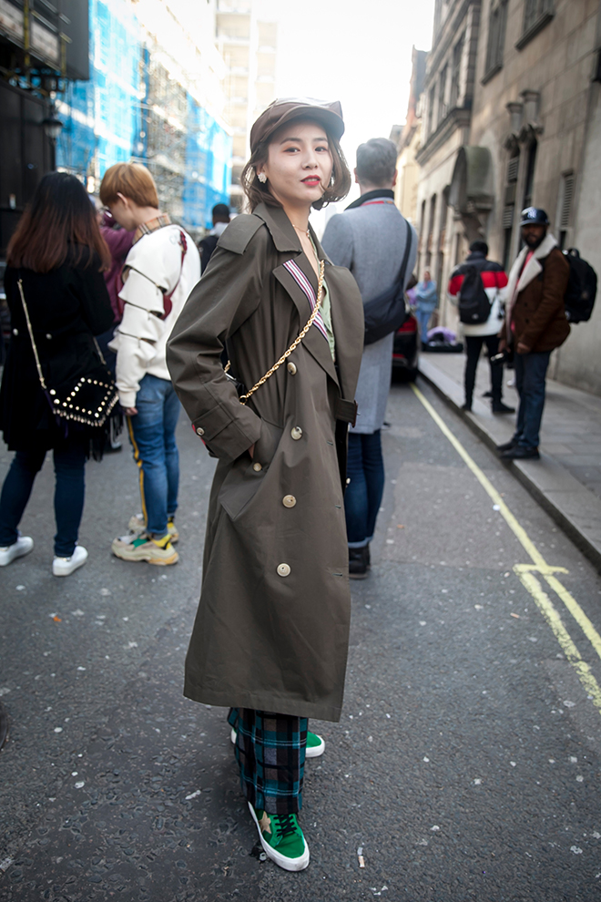 how-to-dress-to-attend-a-show-at-fashion-week-casual-style-unique-fashion-woman-in-stylish-trenchcoat