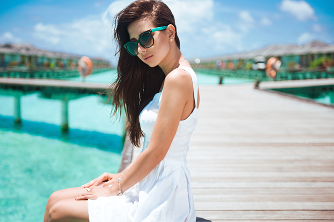 How-to-Wear-a-Sundress-woman-in-sundress-and-sunglasses