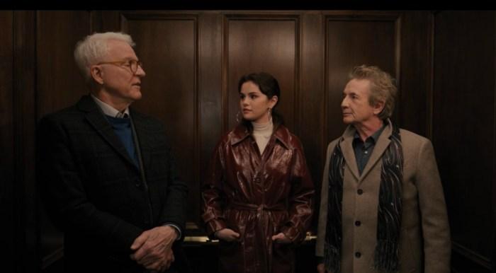 Charles-Haden, Mabel en su trinchera de detectives y Oliver abandonan el edificio.