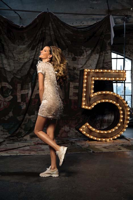 Gisele-Bundchen-plays-a-model-Chanel-No5