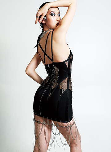 The back view reflects the front, as well as symmetrical. Back straps are crossover in the middle, supporting the garment to a stable condition.