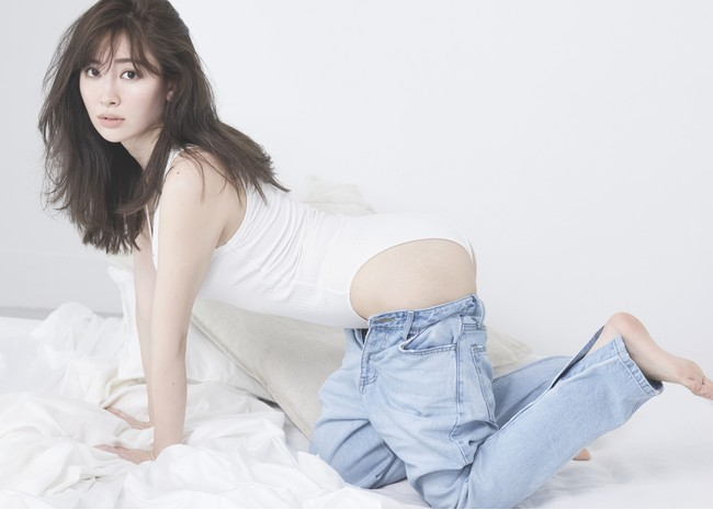 小嶋陽菜プロデュースの「Her lip to」がブランド初となるサステナブル岡山デニムを発表。骨格から生まれ変わったような美シルエットを叶える2種類のモデルを提案。