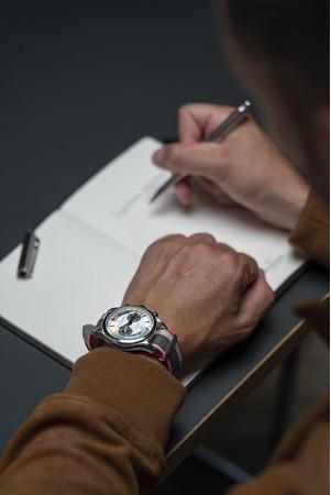 何かを決断して、人生の節目となる瞬間に寄り添うペン、そして腕時計。