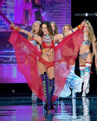 Alessandra Ambrosio VS Fashion Show 2017 Leading the finale of the show