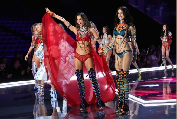 Alessandra Ambrosio VS Fashion Show 2017 waving goodbye at the end of the runway