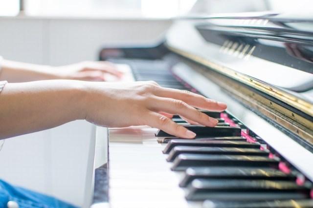 ピアノをひく手
