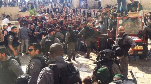 """اعتداء على متضامنين أجانب في """"باب العامود"""" والمستوطنون يواصلون عربدتهم"""