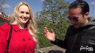 Angel Wicky, libertine czech, se tape des inconnus pour envoyer des photos à son mari