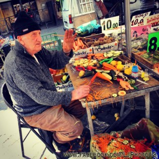 Old man selling kitchen tools in Campo de Fiori