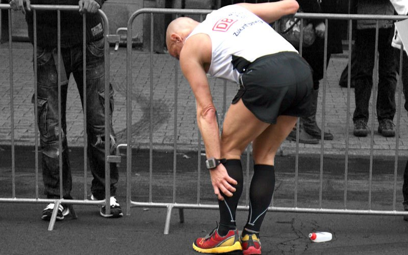 An image of a runner with a cramp to illustrate the possibility of DNF