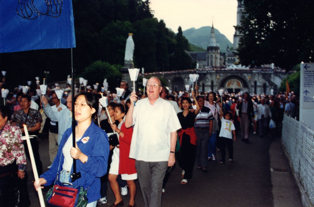 father-singing-in-procession-in-lourdes