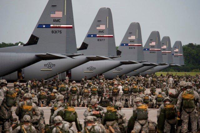 Militares americanos embarcando em aeronaves de transporte - Fatos Militares