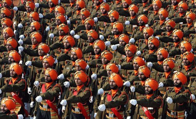 Soldados Indianos, provavelmente durante um desfile militar - Fatos Militares