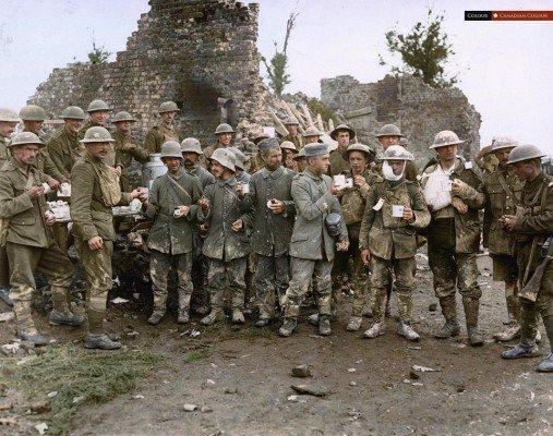 alema-e-canadense-feridos-recebem-cafe-quente-e-biscoitos-de-uma-cabana-ymca-perto-das-linhas-de-frente-24-de-novembro-de-1917