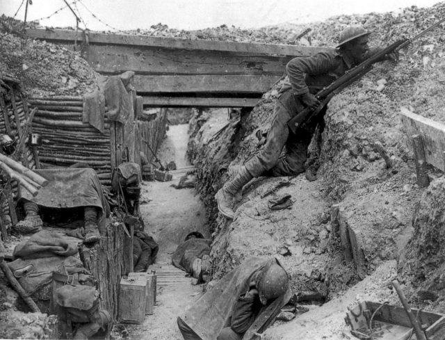 Soldados na trincheira durante a batalhe de somme - Fatos Militares