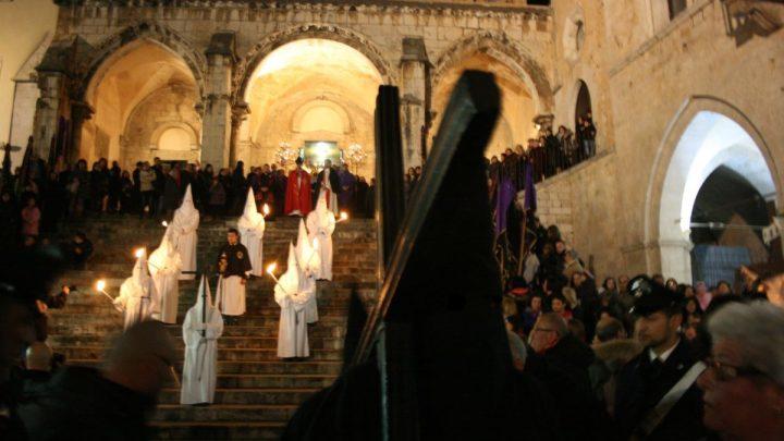 Priverno, i sacconi neri: penitenti scalzi e incatenati della processione
