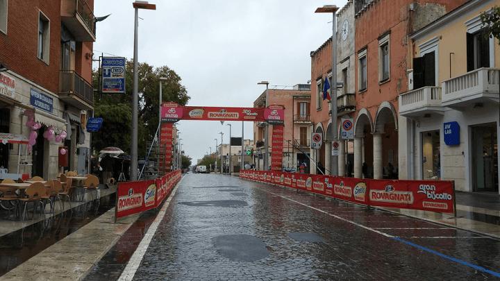 A Cisterna è febbre rosa per il Giro d'Italia malgrado la pioggia