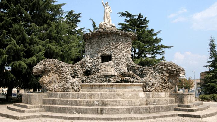 Cisterna, Fontana Biondi, nessun vandalo, viene giù da sola
