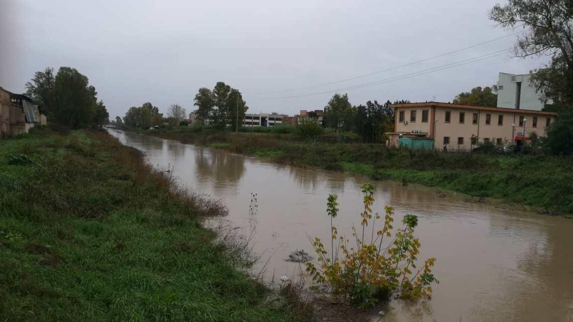 Piove ancora, canali grossi e acqua gonfia di terra