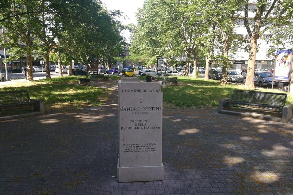 """La statua di Pertini """"tamponata"""" e dimenticata. Ma non c'è il regolamento?"""