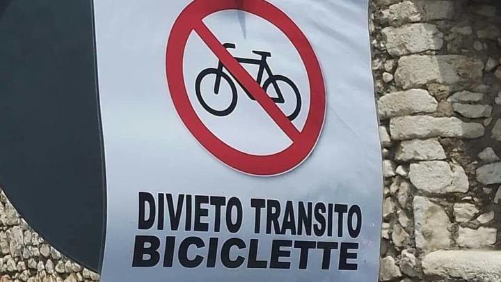 """Sermoneta la nobile si """"libera"""" delle eversive bici"""