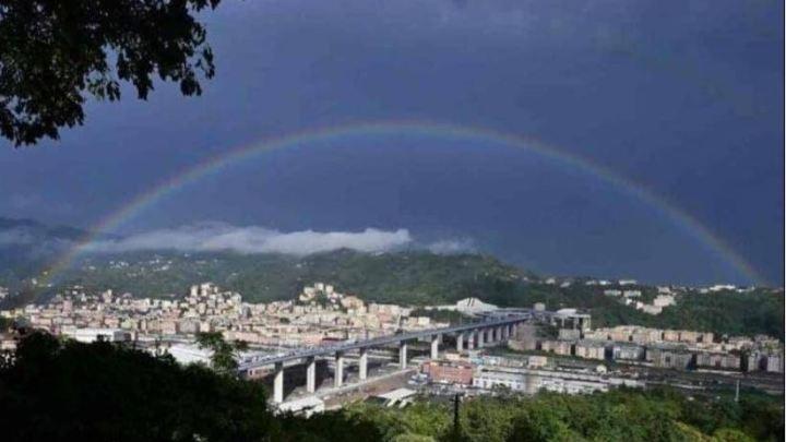 Il ponte di San Giorgio e 43 persone sedute su un arcobaleno