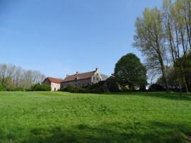 La ferme du Hameau de Favarge en haut de la colinne