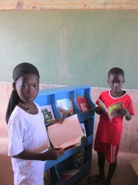 Deux enfants font leur choix de livres