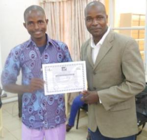 Le gérant de Sebba reçoit son attestation des mains du représentant de FAVL