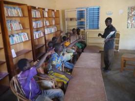 Lecture du gérant d'un livre aux enfants 2