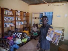 Lecture du gérant d'un livre aux enfants