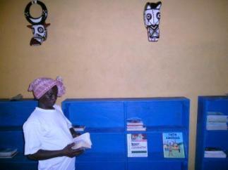 La gérante de Karaba visite la bibliothèque de Koho