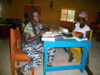 Lectrices à la bibliothèque de Koho