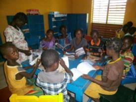 Lecture des élèes de l'école A de Koho à la bibliothèque (2)