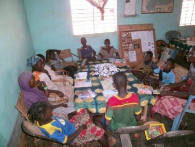 Lecture et jeu avec les lecteurs à la bibliothèque de Karaba