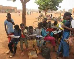 Lecture des enfants à l'école C