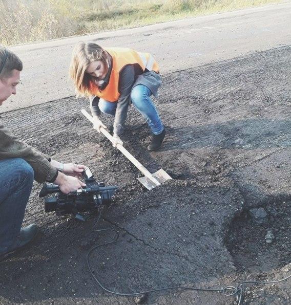 Разбрасывание денег лопатой - перед Железным Портом ремонтируют дорогу