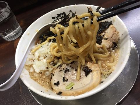 「鬼油」は要注意!背脂と煮干スープは極太麺と相性バッチリ。「らーめん潤」、燕三条から届けられた一麺入魂の味。