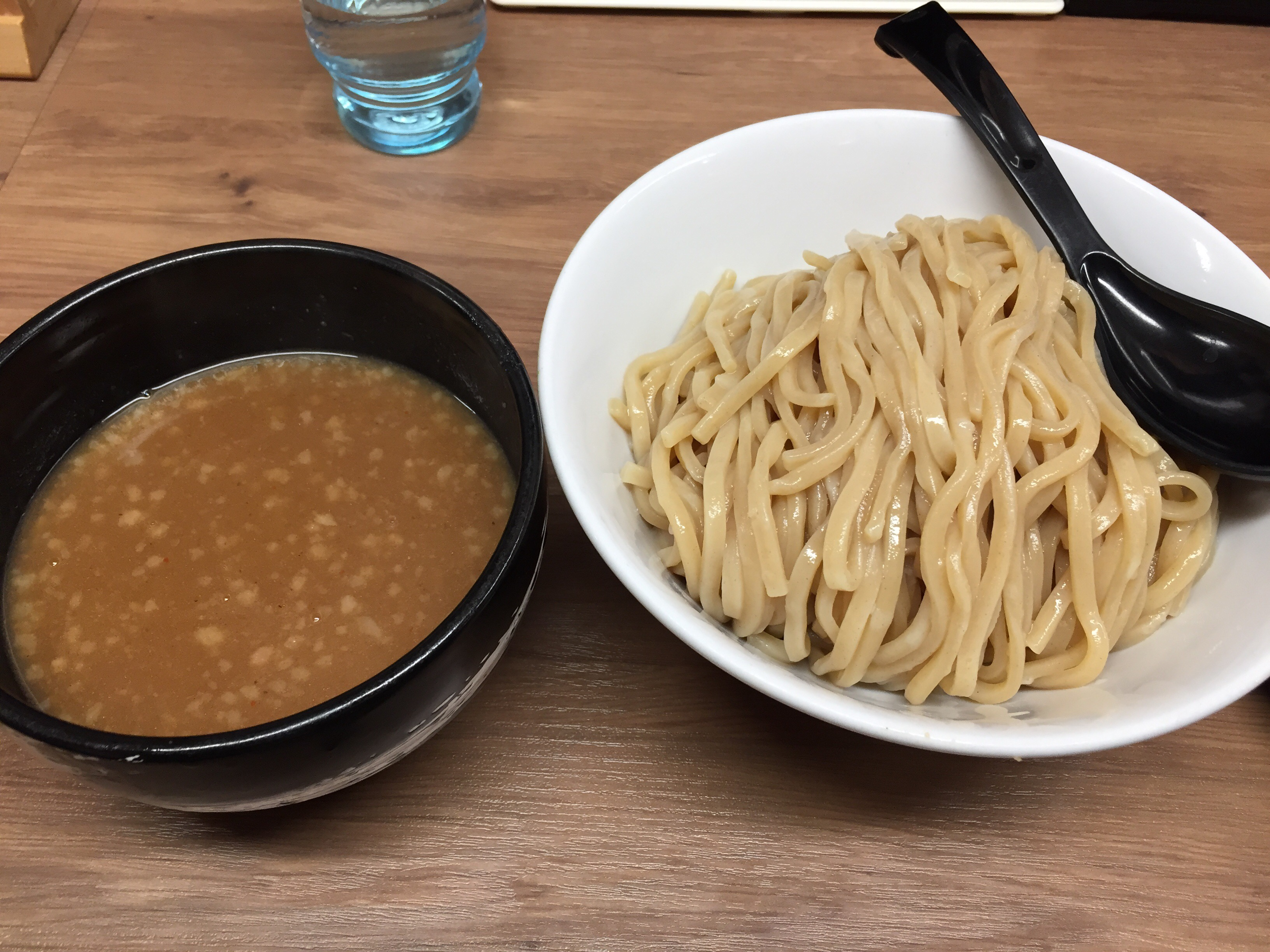 腹ペコに嬉しい麺増量無料サービス。濃厚魚介豚骨スープ&モチモチ麺!いいとこ取りの「つけ麺 春樹」!