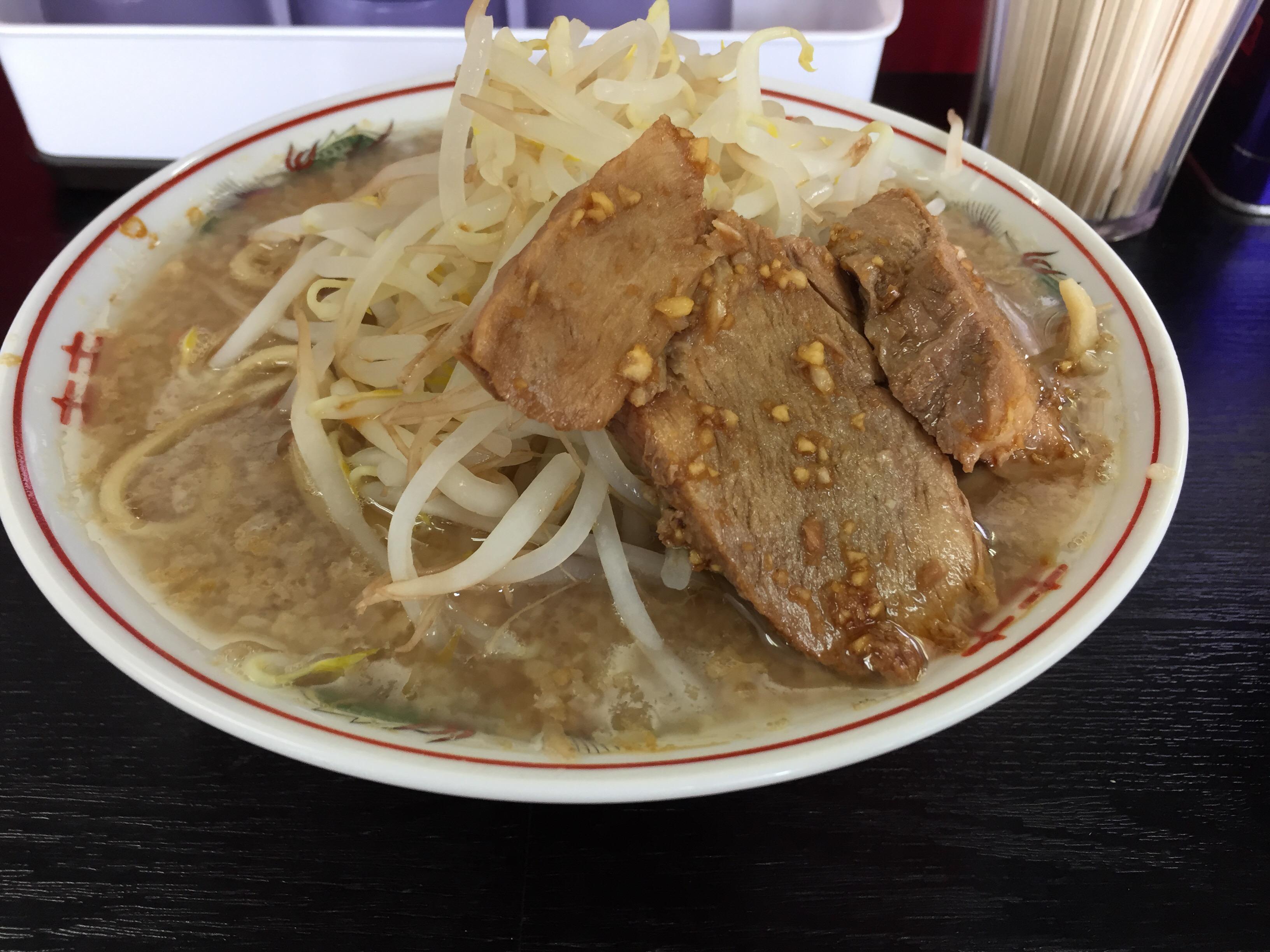 かわいいブタの看板が目印。二郎インスパイア系のガッツリ感を堪能!ランチセットはとってもお得!横浜片倉町「ぶた麺」!