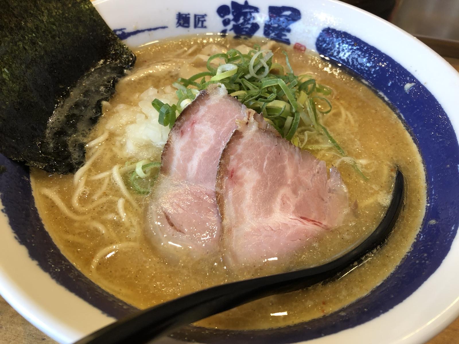 横浜関内「麺匠 濱星」 マイルドな濃厚煮干しラーメン!味変もオツ