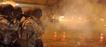 Policiais disparam contra manifestantes durante a final da Copa das Confederações no Rio de Janeiro. Foto: Tomaz Silva/ABr