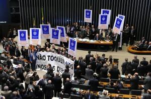 Apesar dos protestos de parlamentares das esquerdas, o Congresso aprovou a chamada reforma trabalhista (Foto: Internet)