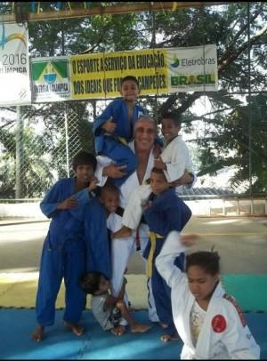 Com as crianças do projeto social, no Tabajaras, Rio de Janeiro.