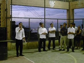 O deputado federal Brizola Neto (PDT-RJ) em debate com os moradores sobre a permanência daqueles que não estão em área de risco. Foto: Eduardo Sá/Fazendo Media.